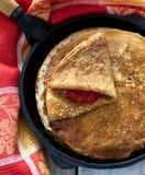 薄煎饼用红色鱼子酱 免版税库存照片