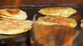 薄煎饼用红萝卜在与火的一个火炉被烘烤 股票录像