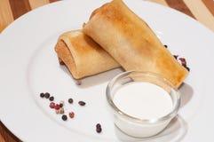 薄煎饼用肉、酸性稀奶油和胡椒 免版税库存照片