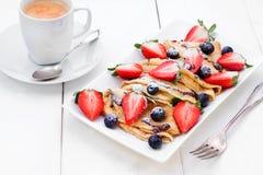 薄煎饼用草莓、蓝莓和咖啡 库存照片