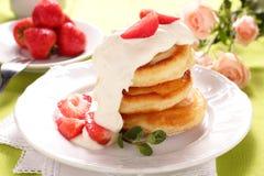 薄煎饼用草莓。 免版税库存图片