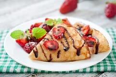 薄煎饼用草莓和巧克力 免版税图库摄影