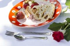 薄煎饼用草莓和酸性稀奶油三朵雏菊 库存图片