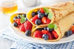 薄煎饼用草莓蓝莓 免版税库存照片