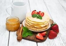 薄煎饼用草莓 库存图片