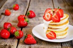 薄煎饼用草莓 库存照片