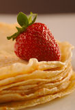 薄煎饼用草莓 免版税图库摄影