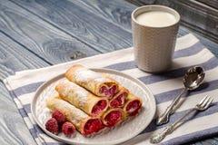 薄煎饼用莓和一杯牛奶 免版税库存照片