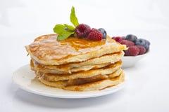 薄煎饼用莓果、蜂蜜和薄菏 库存图片