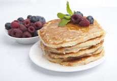 薄煎饼用莓果、蜂蜜和薄菏 免版税库存照片