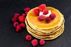 薄煎饼用莓果和蜂蜜 选择聚焦 免版税库存图片