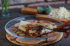 薄煎饼用菠菜和乳酪填装了木表面上 库存照片