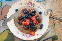 薄煎饼用蓝莓、黑莓和草莓 图库摄影