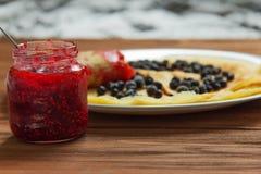 薄煎饼用蓝莓和果酱 库存图片
