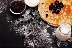 薄煎饼用蓝莓 俄语Shrovetide 顶视图 库存照片