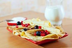 薄煎饼用蔓越桔和蓝莓 免版税库存图片