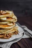 薄煎饼用蜂蜜、坚果和香蕉 免版税库存图片