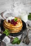 薄煎饼用蜂蜜、酸性稀奶油和红浆果在葡萄酒scourage 免版税库存图片