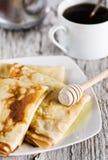 薄煎饼用蜂蜜和咖啡 免版税图库摄影