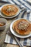 薄煎饼用蜂蜜和坚果 图库摄影