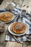 薄煎饼用蜂蜜和坚果 免版税库存照片