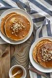 薄煎饼用蜂蜜和坚果 库存照片
