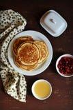 薄煎饼用蜂蜜和果酱 免版税库存图片