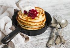 薄煎饼用蜂蜜和红浆果在平底锅 库存图片