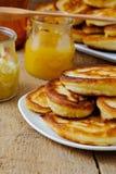 薄煎饼用蜂蜜 免版税图库摄影