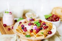 薄煎饼用酸奶、蜂蜜、坚果和夏天莓果 免版税库存图片