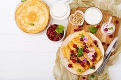 薄煎饼用酸奶、蜂蜜、坚果和夏天莓果 库存图片