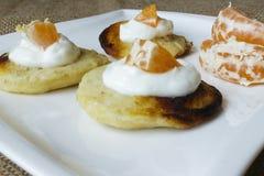 薄煎饼用酸奶干酪和普通话细节 免版税图库摄影