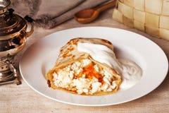 薄煎饼用酸奶干酪和酸性稀奶油蜂蜜食物 库存照片