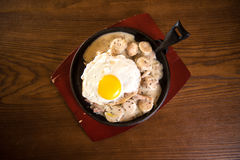 薄煎饼用香肠和炒蛋在煎锅 上面看法 免版税库存照片