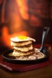 薄煎饼用香肠和炒蛋在煎锅 免版税图库摄影