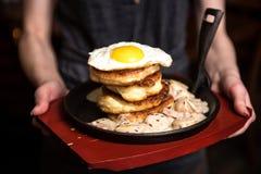 薄煎饼用香肠和炒蛋 板材在手上 仍然1寿命 库存照片
