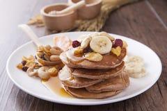 薄煎饼用香蕉、草莓和玉米片早餐 图库摄影