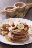 薄煎饼用香蕉、草莓和玉米片 图库摄影