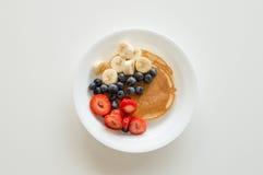 薄煎饼用香蕉、蓝莓和草莓 免版税库存图片