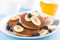 薄煎饼用香蕉和蓝莓在板材 免版税库存照片