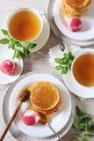 薄煎饼的两个部分用蜂蜜和果子冰糕 免版税库存照片