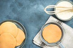 薄煎饼的准备,与拷贝空间的顶视图 免版税库存照片