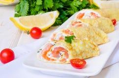 薄煎饼绉纱用熏制鲑鱼,乳脂干酪和草本 图库摄影