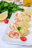 薄煎饼绉纱用熏制鲑鱼,乳脂干酪和草本 免版税库存图片