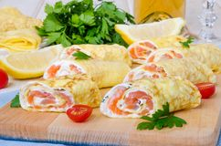薄煎饼绉纱用熏制鲑鱼,乳脂干酪和草本 免版税库存照片