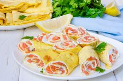 薄煎饼绉纱用熏制鲑鱼,乳脂干酪和草本 免版税图库摄影