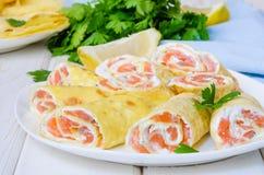 薄煎饼绉纱用熏制鲑鱼,乳脂干酪和草本 库存图片