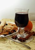 薄煎饼,滚动入管和一杯热的被仔细考虑的酒 库存图片
