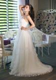 薄纱一套壮观的白色婚礼礼服的美丽的新娘有束腰的 图库摄影