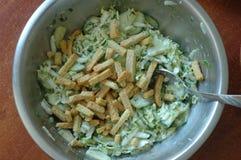 薄脆饼干、北京圆白菜和玉米沙拉  免版税库存图片